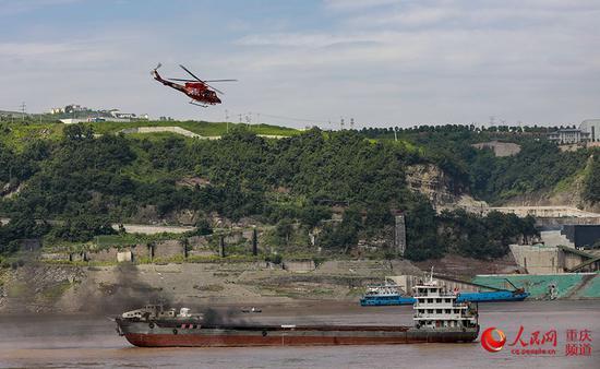 直升机到达现场。曾英豪 摄