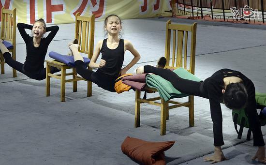 记录重庆艺术体操美女们背后的故事