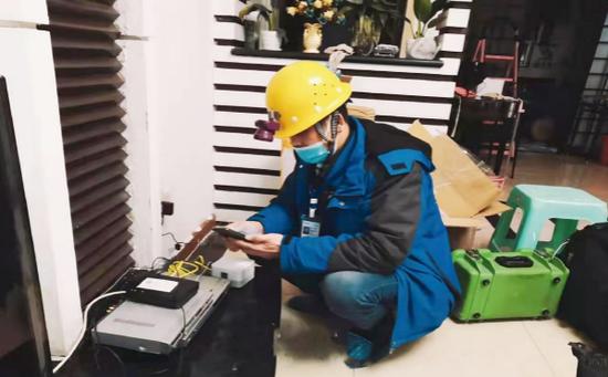 """重庆移动宽带装维工程师""""服务进万家"""",及时上门为客户提供宽带安装调试服务"""