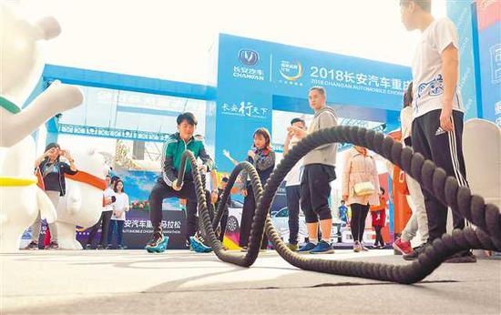 """重马配套活动""""2018重庆国际马拉松体育健康产业博览会""""现场,市"""