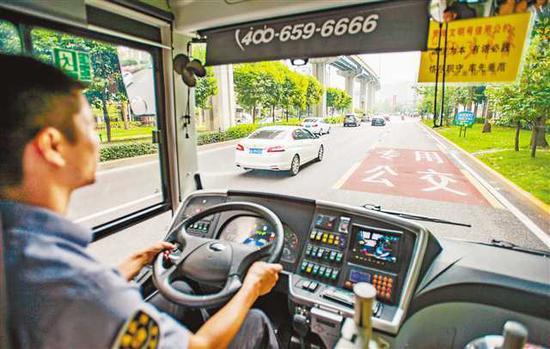 8月7日,308路公交车行驶在鲁能立交至炒油场段公交优先道上,一路畅通。记者 齐岚森 摄