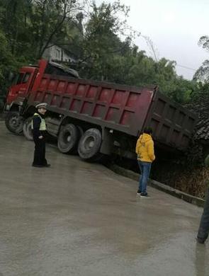 重庆一货车发生侧滑 直接开到房顶上