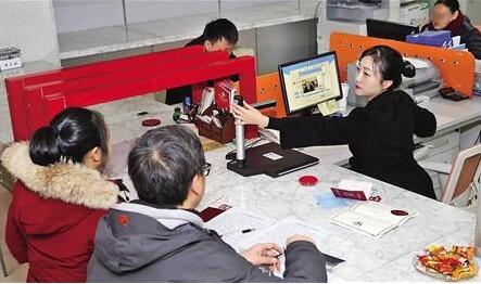昨日,观音桥,工作人员正使用人脸识别系统办理婚姻登记业务。首席记者 钟志兵 摄