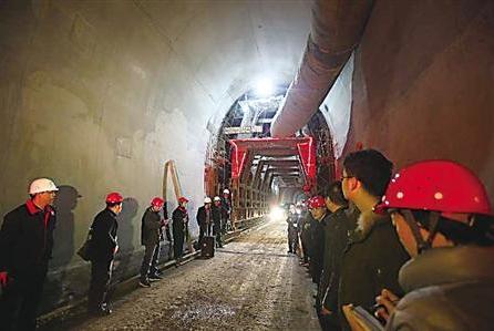 11月30日,白马隧道顺利贯通。 受访者供图