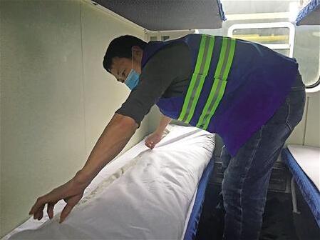 李德才在换被罩 本组图片由记者 杨可 摄