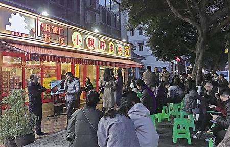 """昨日,江北区,排着长龙的网红""""小月君肝""""。 记者 侯佳 摄"""