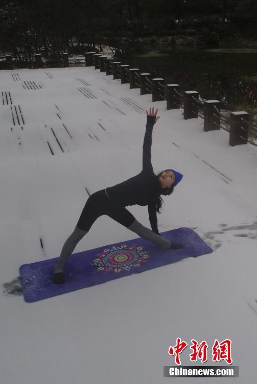重庆持续低温 女孩不惧寒冷雪地里练瑜伽