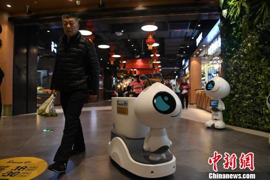 重庆一超市推出机器人导购 逛超市不用推车