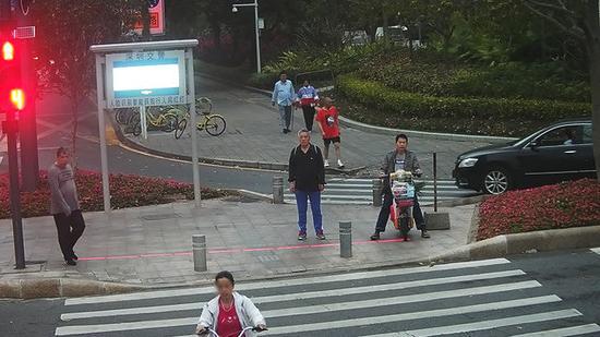 深圳曝光闯红灯行人:照片身份证号一目了然