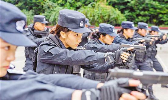 2月26日,重庆市公安局特警总队,英姿飒爽的女警进行战术训练