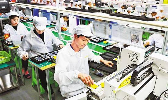 南岸区茶园新区一公司生产车间,工人正在生产手机。