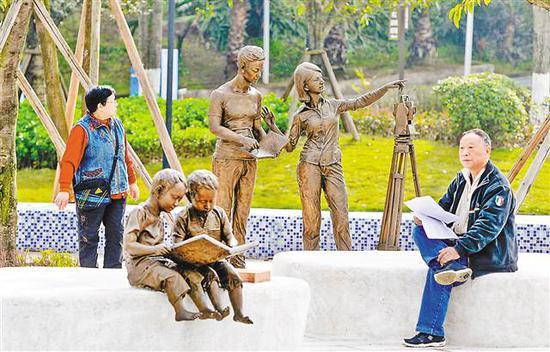 3月8日,在位于两江新区的重庆测绘文化公园,市民在测绘主题雕塑旁休憩。 记者 张锦辉 摄