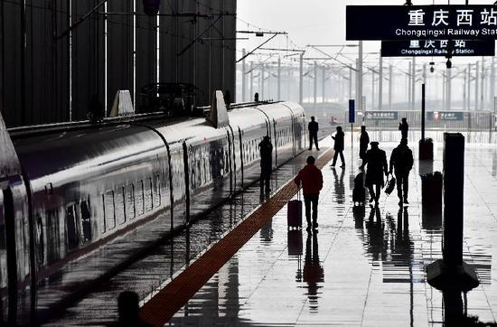 重庆西站迎来首个春运客流高峰