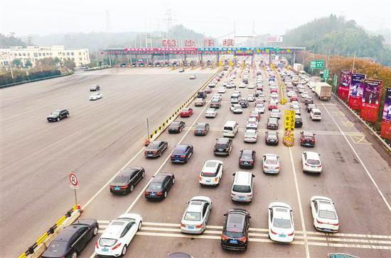 2月13日上午10点30分,G93沙坪坝收费站出城方向,过收费站的车辆排起了长队。 记者 齐岚森 摄