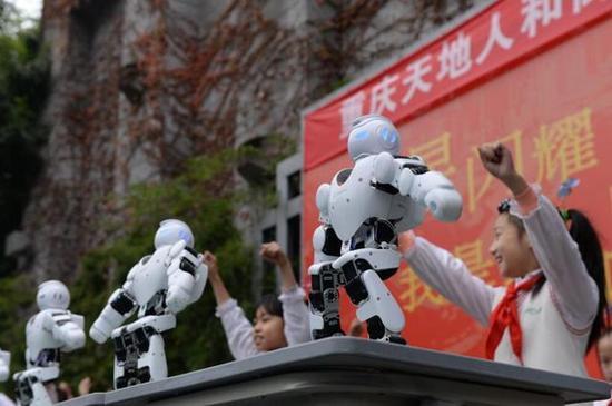 """机器人和孩子们一起""""跳舞"""""""