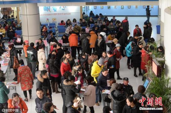 资料图:家长为孩子排队报名培训班。 文字来源:舜网 御宁 摄 图片来源:视觉中国