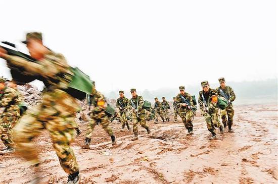 1月4日,武警重庆总队拉练官兵迅速从急行军转入战斗状态