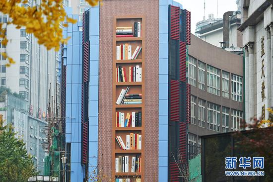 """重庆现别样城市景观 冰冷外墙变身""""空中复古书架"""""""
