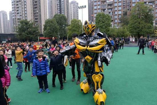 机器人与孩子们互动
