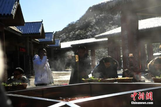 雪地里的超级大火锅亮相重庆 火锅吃出冰火两重天