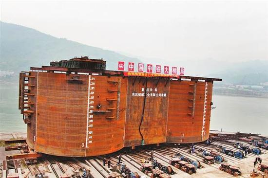 重庆长航东风公司承建的整体式钢围堰进行下水测试。(重庆长航东风公司供图)