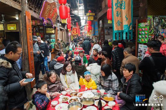 """航拍重庆中山古镇""""千米长宴"""" 热热闹闹迎新年"""
