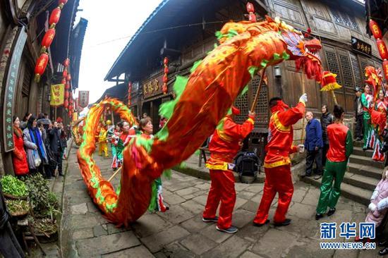 重庆巴南丰盛古镇舞龙迎新春 幸福祥和年味浓