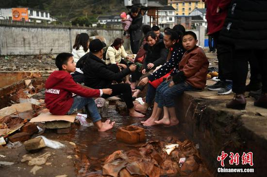 """重庆一露天""""温泉""""成当地民众免费泡脚场"""