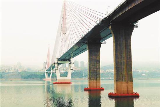 丰都长江二桥,水面红色物体即为弧型水上升降式防撞浮筒。记者 蔡正奋 摄