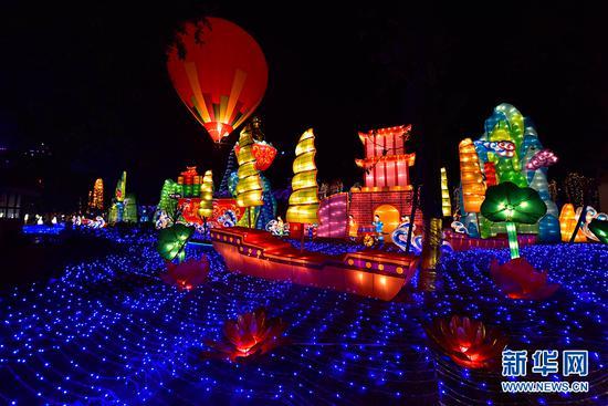 重庆合川三江灯会开展 推260米水上火龙表演秀