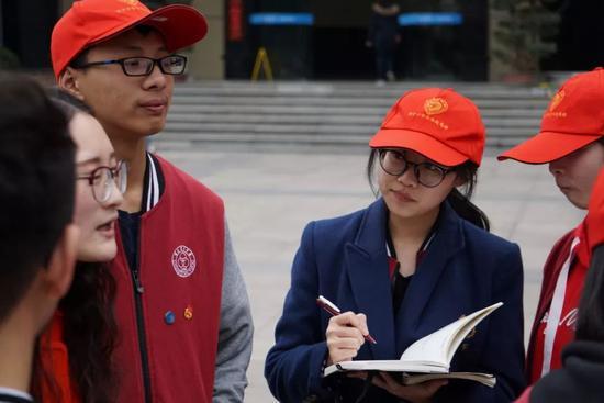育才青协学子听社工老师讲雷锋同志的故事并认真做笔记
