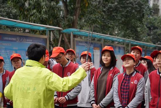 社工李辉老师指导育才青协学子使用钳子