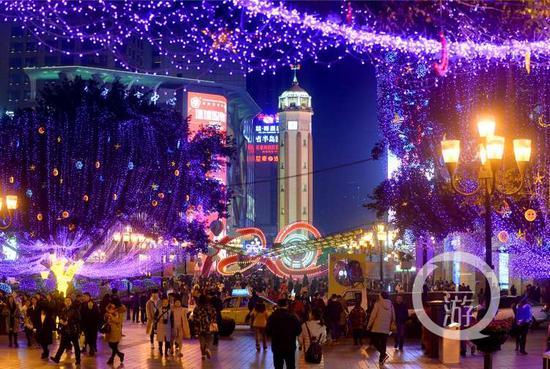 渝中区迎春灯饰全部亮灯 过年的气氛越来越浓