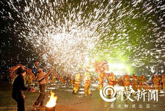重庆含谷火龙首舞 火星点点迎最美新年