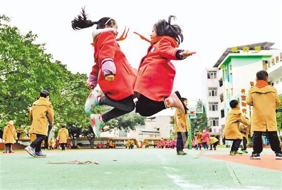 2月26日,綦江区陵园小学,学生在操场上跳绳。通讯员 王京华摄