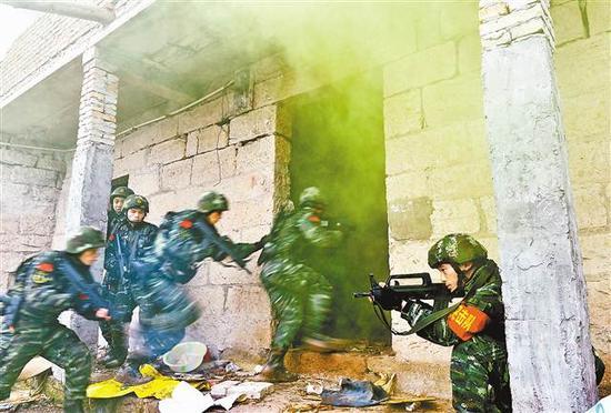 """1月4日,武警重庆总队特战队员对藏匿""""恐怖分子""""的居民楼展开突袭"""