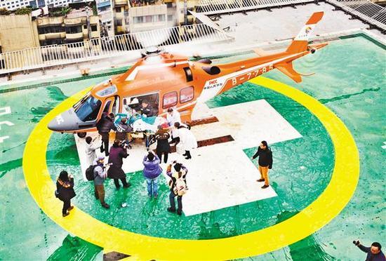 """1月29日,重庆市急救中心,""""空中120""""救援直升机将长寿区的病人送抵市急救中心停机坪。"""