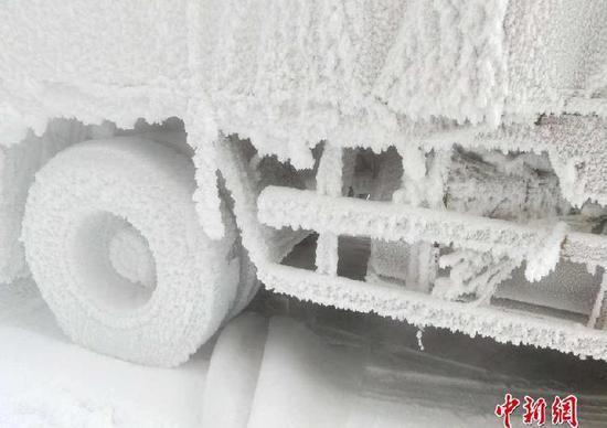 """重庆牌照货车赴-30℃黑河送货 一夜变""""冰车"""""""
