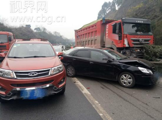 重庆高速发生8车追尾事故 损失惨重[组图]