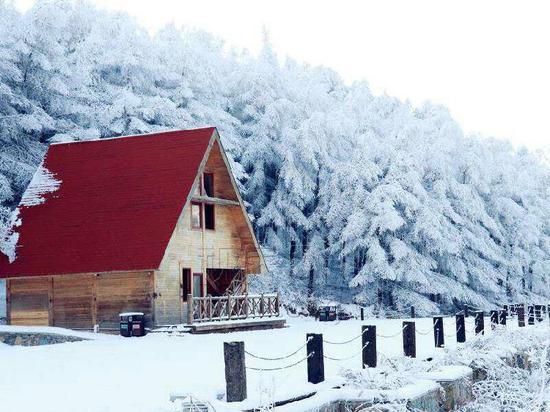 持续降雪现北国风光 重庆奉节茅草坝迎来赏雪高峰