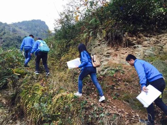 社工团队徒步前往茶坪村