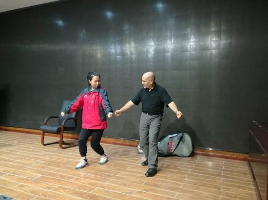 【互动环节,学生教Phelan跳啦啦操】