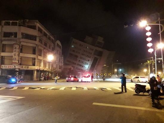 直击台湾花莲6.5级地震 地面开裂建筑倒塌