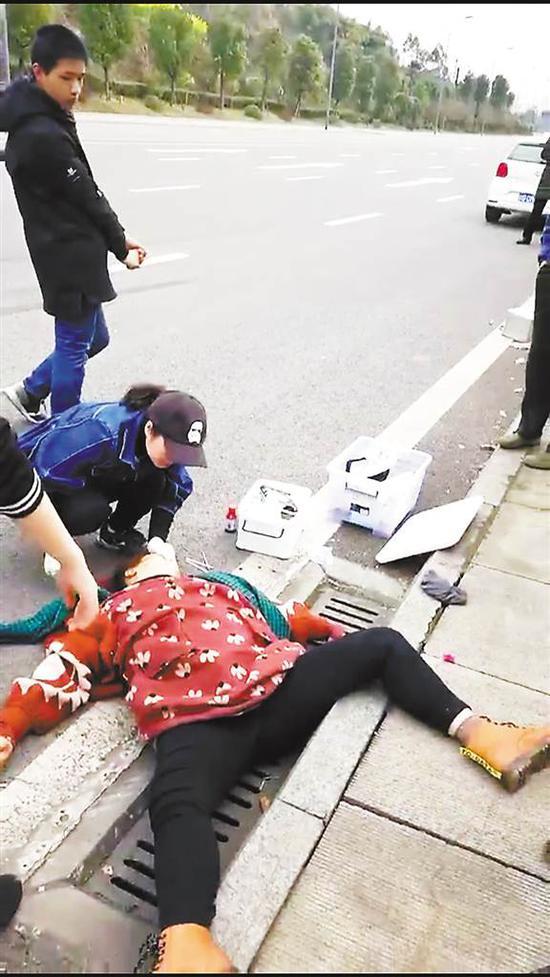 谢晓梅正在救治伤者。(视频截图)