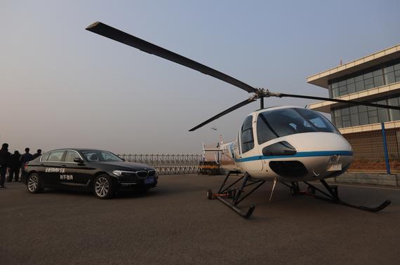 全新宝马5系与恩斯特龙480B直升机