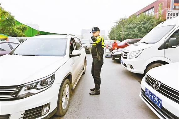 """""""渝警骁骑""""队员正在疏导交通。(市交巡警总队供图)"""