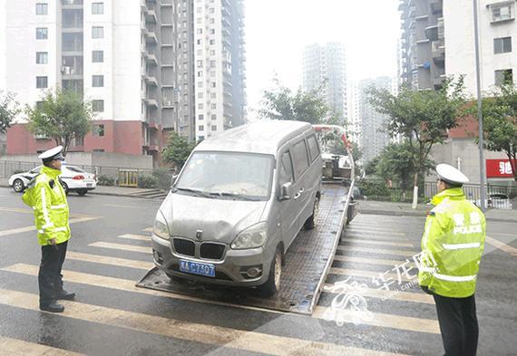 """警方对""""僵尸车""""进行拖移处置。警方供图"""