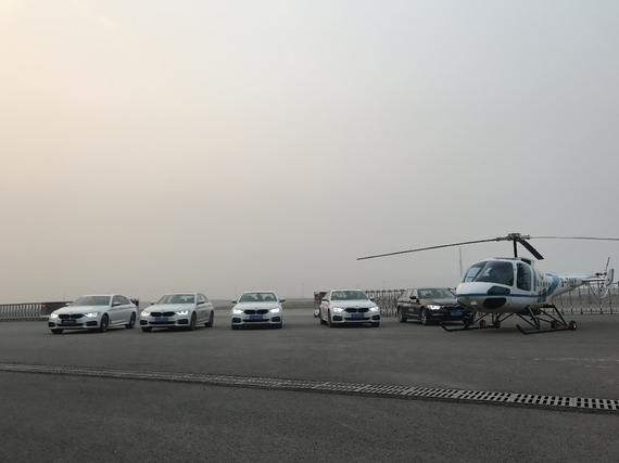 五台BMW5系与直升机