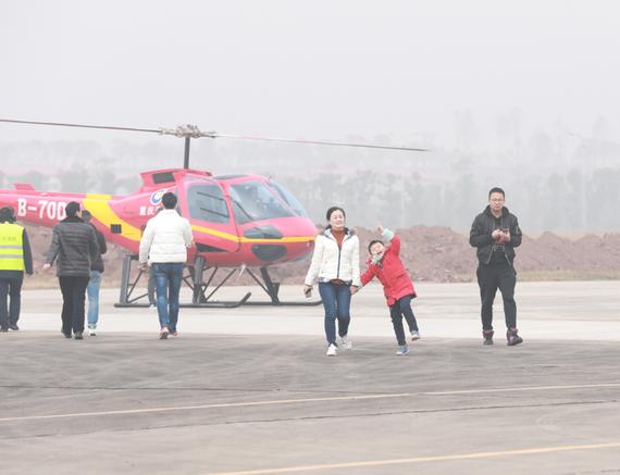 小朋友第一次坐直升机好开心