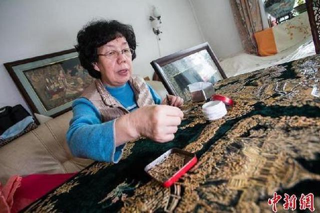 大妈用瓜子皮做出13米长清明上河图 令人称奇